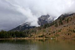 Nuages de tempête au-dessus de lac de montagne Images stock