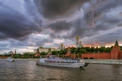 Nuages de tempête au-dessus de Moscou Kremlin Image libre de droits