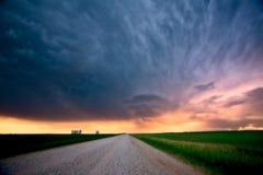 Nuages de tempête au-dessus de route de campagne de Saskatchewan Images stock