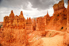 Nuages de tempête au-dessus de traînée de boucle de Navajo en Bryce Canyon Image stock