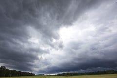 Nuages de tempête au-dessus de zone ouverte Photo libre de droits