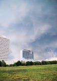 Nuages de tempête au-dessus des immeubles de bureaux Image libre de droits