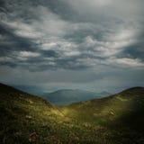 Nuages de tempête au-dessus des montagnes Photos libres de droits