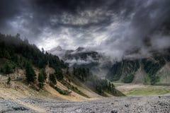 Nuages de tempête au-dessus des montagnes de ladakh, Jammu-et-Cachemire, Inde Photographie stock libre de droits