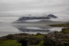 Nuages de tempête au-dessus des montagnes en Islande Photographie stock