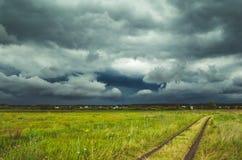Nuages de tempête au-dessus du champ Photographie stock libre de droits