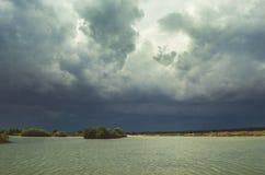 Nuages de tempête au-dessus du lac Photographie stock