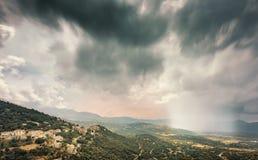 Nuages de tempête au-dessus du village de montagne de Belgodere en Corse image libre de droits
