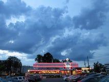Nuages de tempête au-dessus du wagon-restaurant argenté image stock
