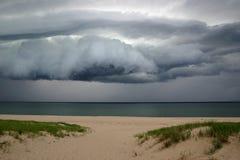 Nuages de tempête au rivage Photographie stock