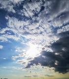 Nuages de tempête cachant le soleil avec des réflexions dans les nuages images stock