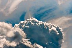 Nuages de tempête dans le ciel bleu, fond naturel Photo stock