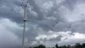 Nuages de tempête dans le ciel d'ouragan banque de vidéos