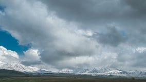 Nuages de tempête dans les montagnes dans Kazakhstan Timelapse 4K banque de vidéos