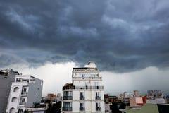 Nuages de tempête dans Saigon Image libre de droits