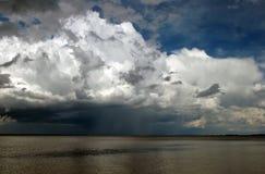 Nuages de tempête de approche au-dessus de l'eau Images libres de droits