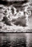 Nuages de tempête de pollution ou de condensation à la raffinerie Images libres de droits