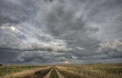 Nuages de tempête de route de prairie Images libres de droits
