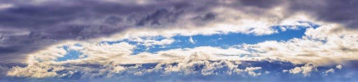 Nuages de tempête dramatiques de lumière du soleil de ciel de panorama images libres de droits
