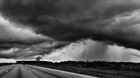 Nuages de tempête et douches de pluie en noir et blanc Photographie stock libre de droits