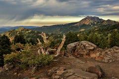 Nuages de tempête et montagne de Brokeoff, parc national volcanique de Lassen photo libre de droits