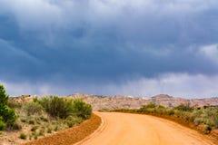 Nuages de tempête et route de gravier en Utah du sud Images libres de droits