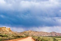 Nuages de tempête et route de gravier en Utah du sud Image libre de droits