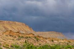 Nuages de tempête et route de gravier en Utah du sud Photographie stock