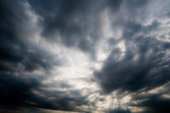 Nuages de tempête foncés, nuages avec le fond, nuages foncés avant un orage Photographie stock