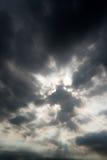 Nuages de tempête foncés, nuages avec le fond, nuages foncés avant un orage Images stock