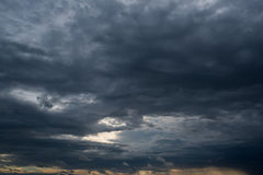 Nuages de tempête foncés, nuages avec le fond, nuages foncés avant un orage Image stock
