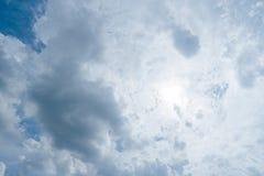 Nuages de tempête foncés, nuages avec le fond, nuages foncés avant un orage Photo stock