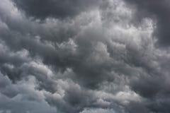 Nuages de tempête gris-foncé image stock