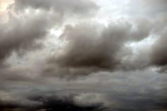 Nuages de tempête gris sinistres d'obscurité photos libres de droits