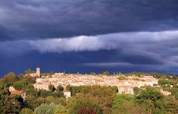 Nuages de tempête menaçants au-dessus de Bagnols Photo stock
