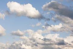 Nuages de tempête naissants orageux dans le ciel photo stock
