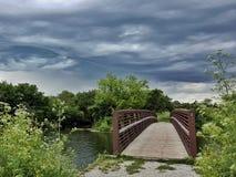 Nuages de tempête passant au-dessus d'un pont Photos libres de droits