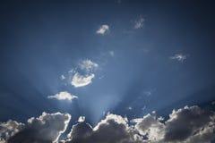 Nuages de tempête rayée d'argent avec les rayons légers et l'espace de copie Images libres de droits