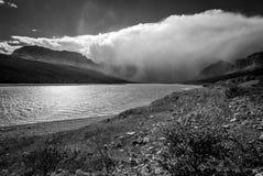 Nuages de tempête recueillant au-dessus du lac Sherburne Image stock