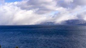 Nuages de tempête recueillant au-dessus du lac Tahoe du sud un jour croquant d'hiver, la Californie photos libres de droits