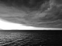 Nuages de tempête recueillant, Vlore, Albanie images stock