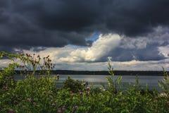 Nuages de tempête se déplaçant dans au-dessus de la baie Portland, Maine de Casco Images libres de droits