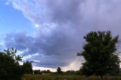 Nuages de tempête de soirée au-dessus du paysage de village Images libres de droits