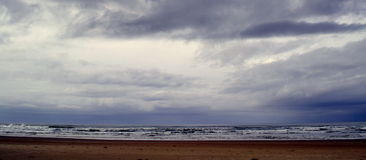 Nuages de tempête sur la plage du Transkei d'horizon Photos stock