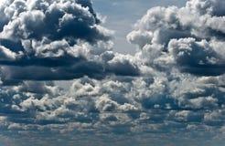 Nuages de tempête sur le ciel bleu Image stock