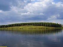 Nuages de tempête sur le lac Image libre de droits
