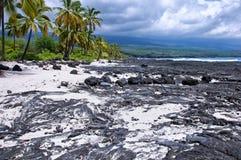 Nuages de tempête sur une plage de lave Images libres de droits
