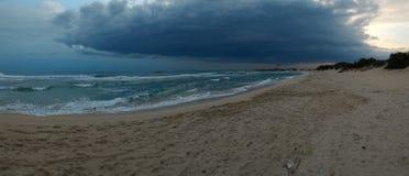 Nuages de tempête venant bientôt à Porto Cesareo Photographie stock