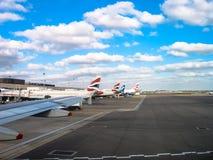 Nuages de temps beau au-dessus d'aéroport et de BA de Heathrow Image libre de droits