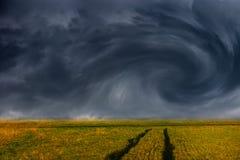 Nuages de tempête au-dessus de champ Photo libre de droits